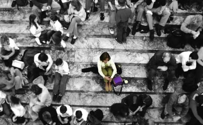 femme-seule-escalier