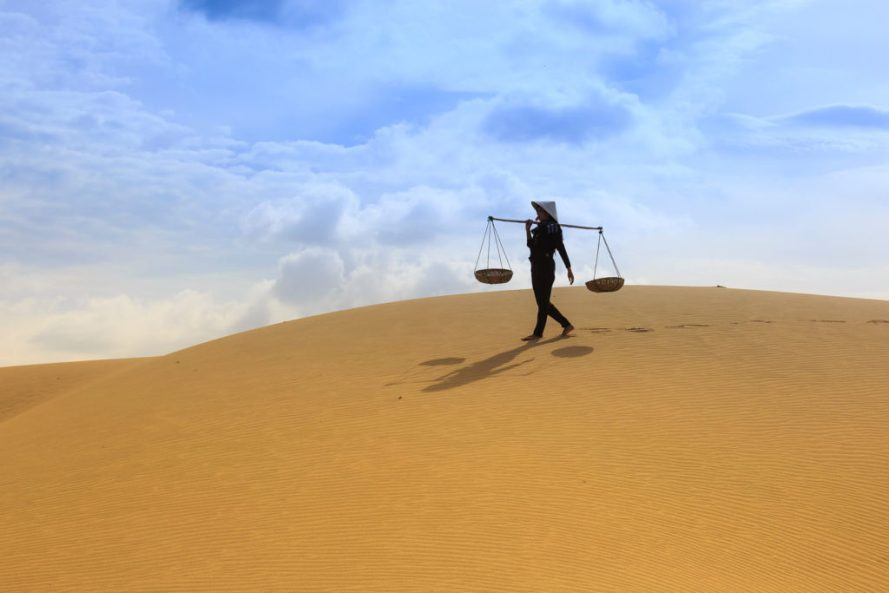 femme-traces-pas-desert-arid-barren-daylight-2156071-1024x683
