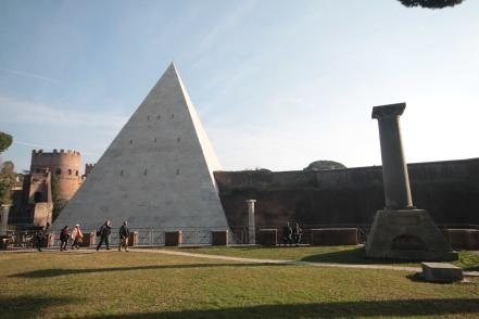 Pyramide à Rome
