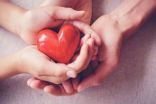 mains-tiennent-un-coeur